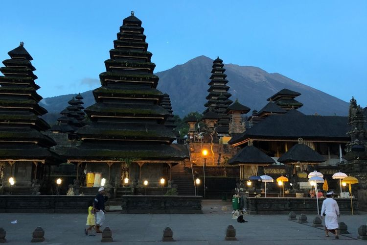 The island of Bali has many wonderful things. Not only its natural beauty, but also its cultural uniqueness. Many places can describe the characteristics of Balinese culture that must be visited, such as Pura Besakih.
